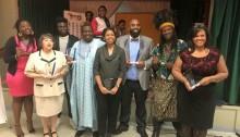 Pulchérie Mboussi (au centre) de la Société culturelle africaine et caribéenne de Victoria lors d'une remise de prix. | Photo de VACCS