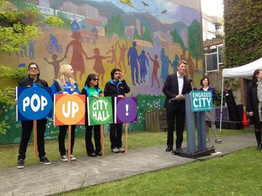 La mairie de Vancouver rencontre ses citoyens en dehors de l'hôtel de ville.   Photo de la ville de Vancouver