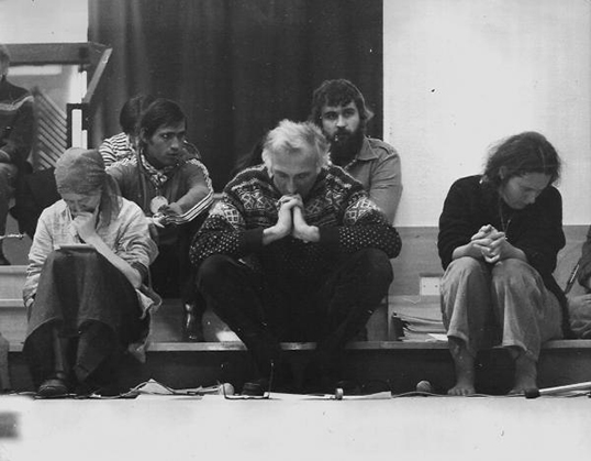 Jean Vanier (centre) en prière | Photo de L'Arche France