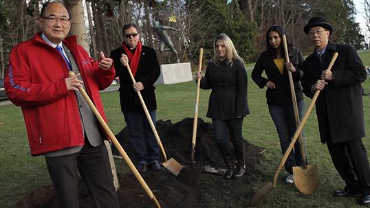 Un arbre est planté à Vancouver pour symboliser les diverses communautés de la C.-B. | Photo de la Province de la C.-B.