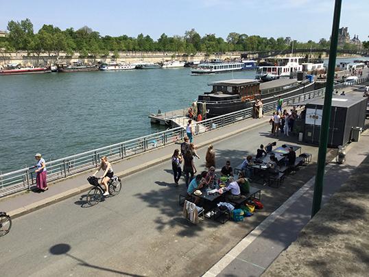 Pique-nique sur les  bord de la Seine. | Photo de Pascal Guillon