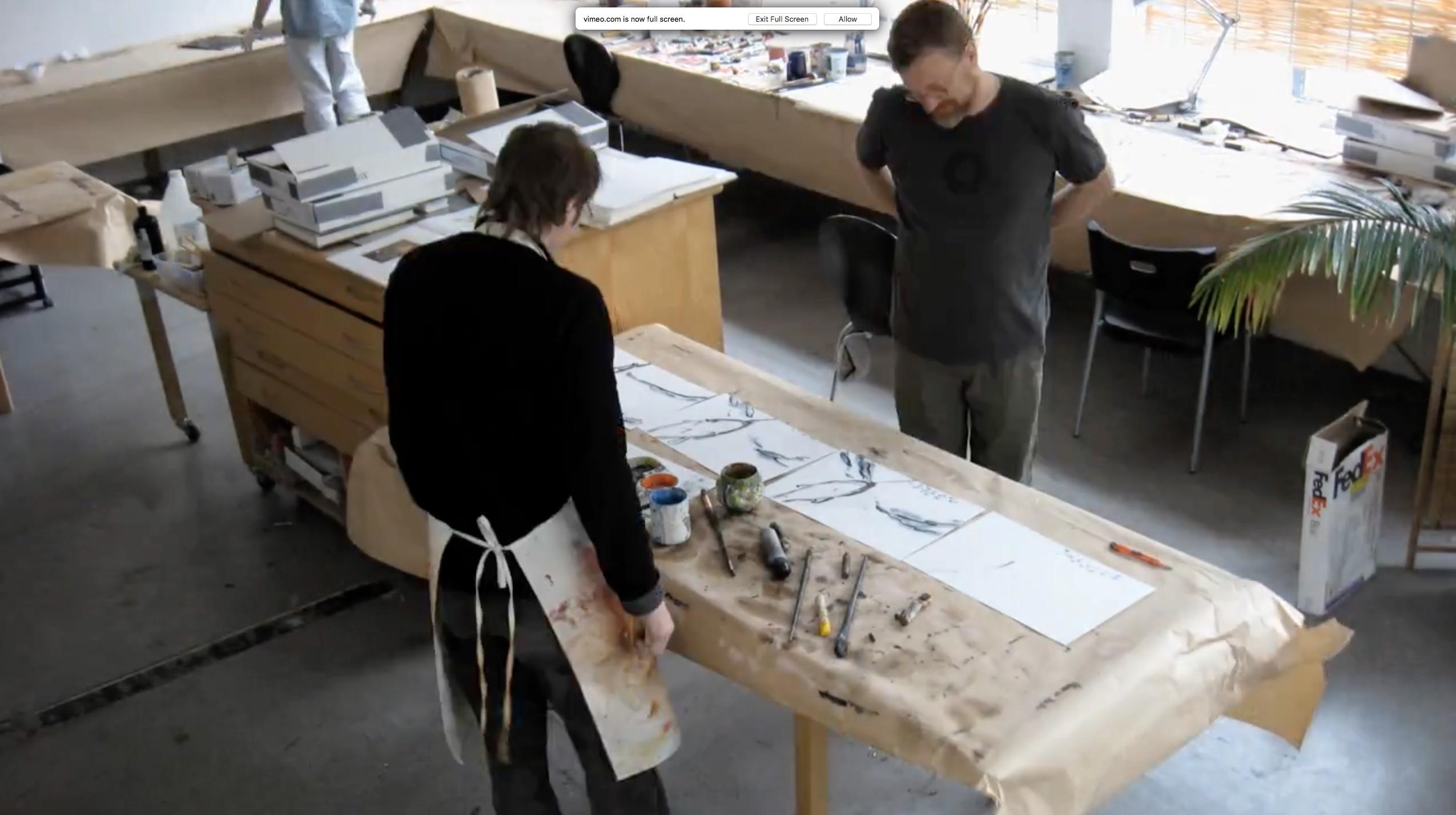Bruce Alcock travaillant sur la création artistique de son court-métrage > | Photo de Global Mechanic