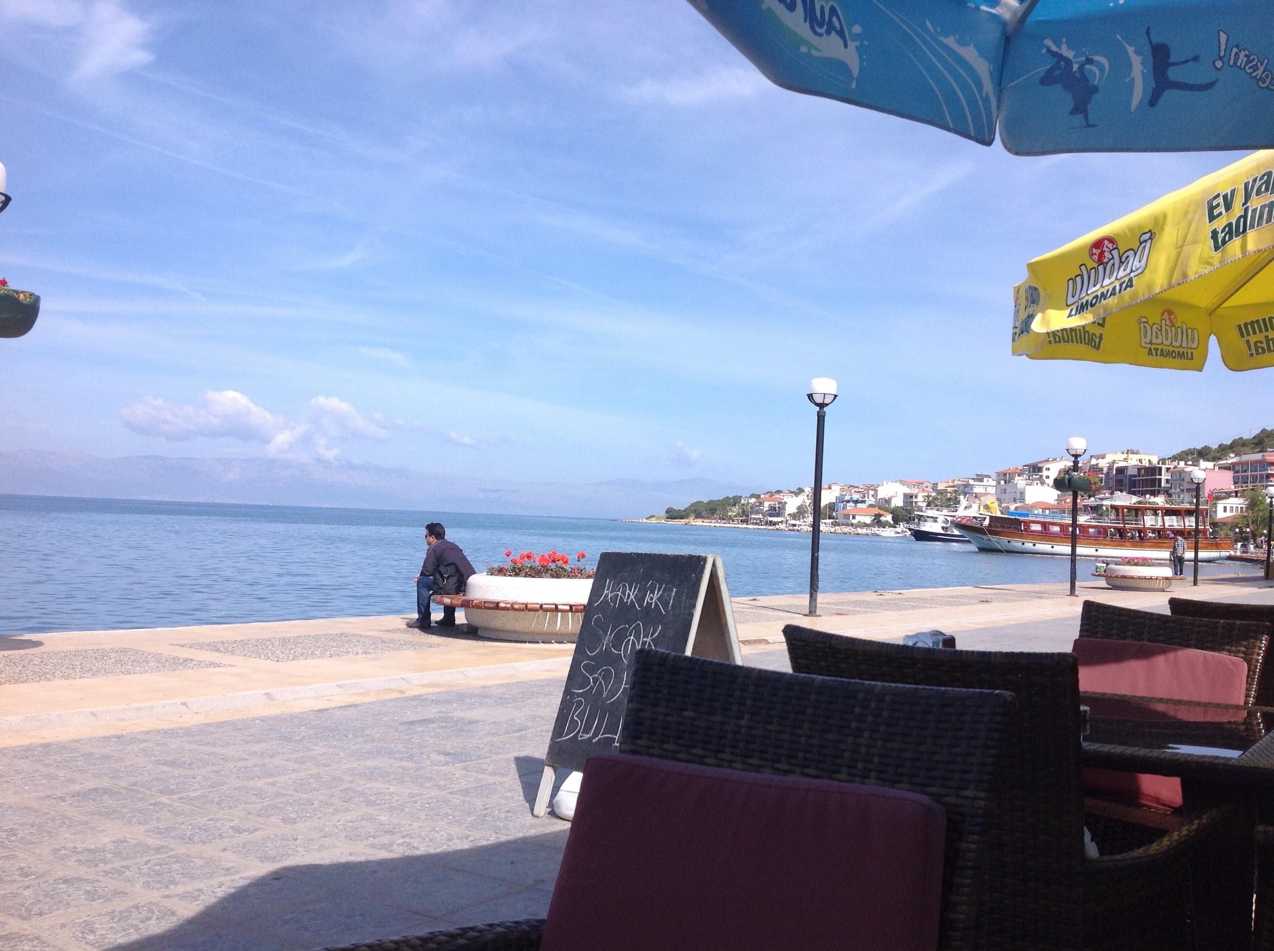 Au loin, l'île grecque de Chios vue de la Turquie | Photo: Pascal Guillon)