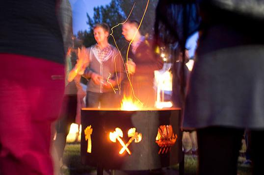 Photo de Splendub DJs. | Faire la fête autour du feu de joie lors de la soiréeEmber Skies.
