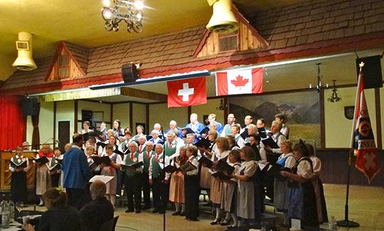 Le VIFC et le chœur suisse à l'occasion du concert annuel du chœur suisse de Vancouver le 13 juin 2015 au Vancouver Alpen Club. |Photo par Bernie Strotmann