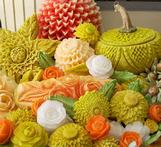 Des démonstrations de sculpture sur fruit et de plats typiques. |Photo de Consulat royal de Thaïlande à Vancouver