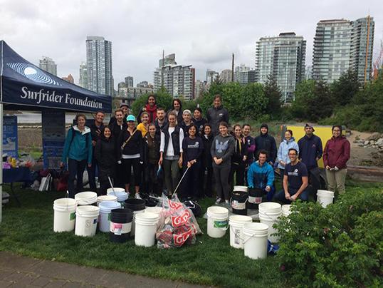 Surfrider Foundation Vancouver est une association entièrement formée par des bénévoles. Ici, photo de groupe après une séance de nettoyage. | Photo de Surfrider Foundation Vancouver