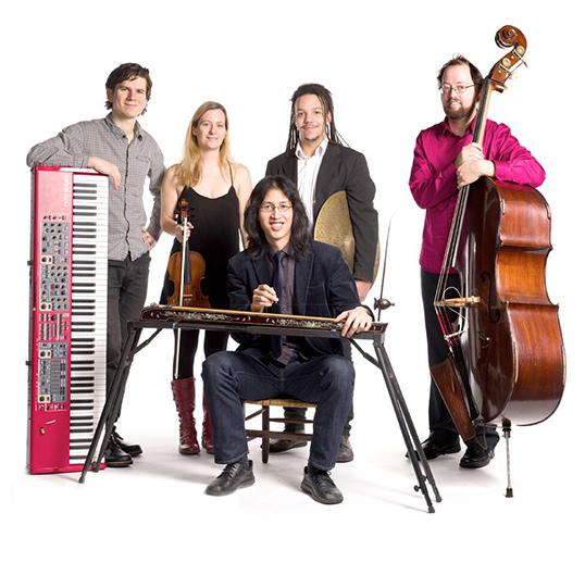 Le Huu Bac Quintet, composé de Huu Bac Quach (dan bau, erhu, quanta), Guillaume Martineau (piano), Jean-Félix Mailloux (basse), Marie-Neige Lavigne (violon) et d'Etienne Mason (tambour). | Photopar Loto-Quebec