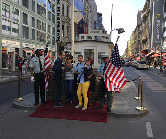 Checkpoint Charlie devenu un piège à touristes. | Photo de Pascal Guillon