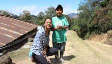 La récipiendaire Olivia Rousseau en compagnie d'Alfredo, un petit garçon rencontré lors de son voyage au Guatemala en mars dernier.  Photo par Julio, le frère d'Alfredo