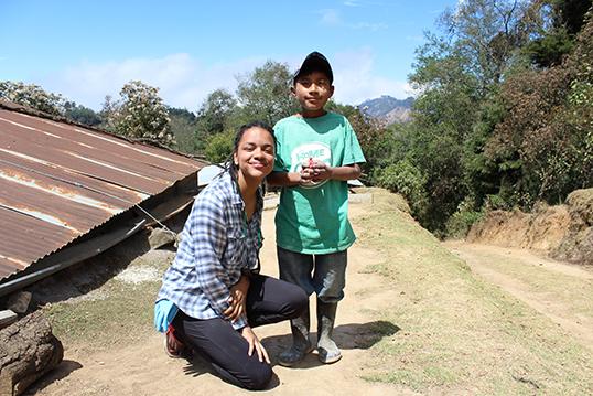 La récipiendaire Olivia Rousseau en compagnie d'Alfredo, un petit garçon rencontré lors de son voyage au Guatemala en mars dernier. |Photo par Julio, le frère d'Alfredo