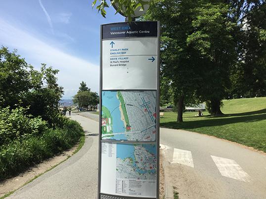 Les panneaux d'informations touristiques sont en anglais à Vancouver. | Photo par Pascal Guillon