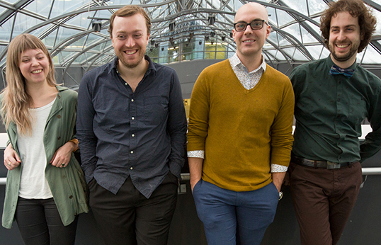 Sabrina Schroeder (gauche), venue de la Colombie-Britannique, est une compositrice en herbe présentée par l'Ensemble contemporain de Montréal. | Photo de l'Ensemble contemporain de Montréal