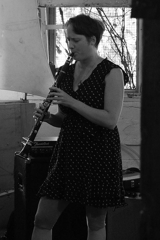 Elizabeth Lima jouant de la clarinette.