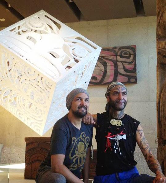 Les artistes Cory Douglas et Georges Nuku devant leur oeuvre Promisse Box