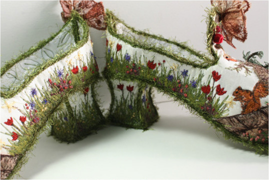 Chaussures brodées signées Nell Burns. | Photo par Nell Burns