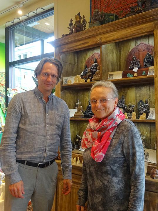 Anneke Rees et Tom Esakin à la librairie Banyen Books & Sound après la tenue du café sur la mort qu'ils ont organise. | Photo par Noëlie Vannier