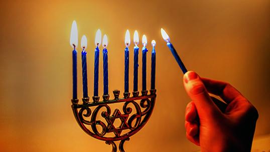 Une lumière s'ajoute chaque soir sur le candélabre ! | Photo par Robert Couse Baker